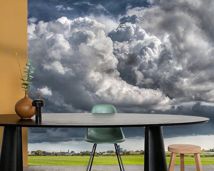 Impression: D'énormes nuages au-dessus de la ligne d'horizon de Leeuwarden sur Harrie Muis