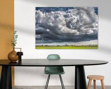 Enorme wolkenpartij boven de skyline van Leeuwarden van Harrie Muis