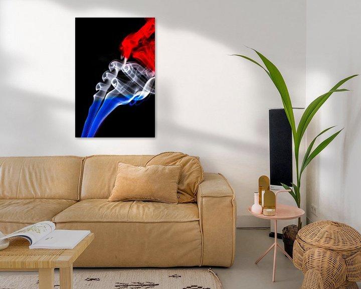 Sfeerimpressie: De Nederlandse driekleur in een rookkolom gemonteerd. Nederlandse vlag. van Gert Hilbink