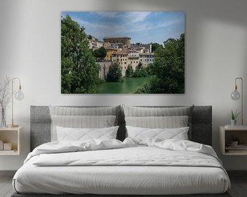 Mooi zicht op het middeleeuwse Fossombrone in Italie van Patrick Verhoef