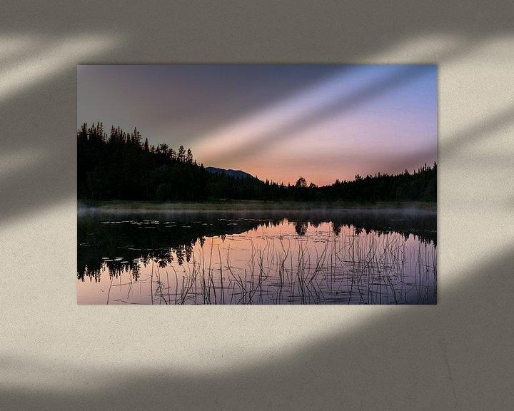 Sfeerimpressie: Zonsondergang boven een meer in midden Zweden van Jasper den Boer