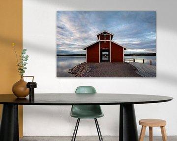 Idyllisch boothuis aan het eind van een pier in het Siljan meer in Zweden van Jasper den Boer