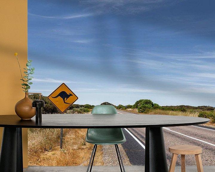 Sfeerimpressie behang: Outback Australië. Beroemde iconische kangaroe snelweg bord van Tjeerd Kruse