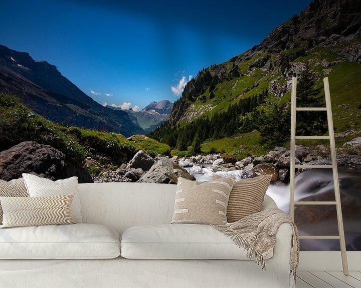 Sfeerimpressie behang: watervallen rondom de oeschinensee van Mark Lenoire