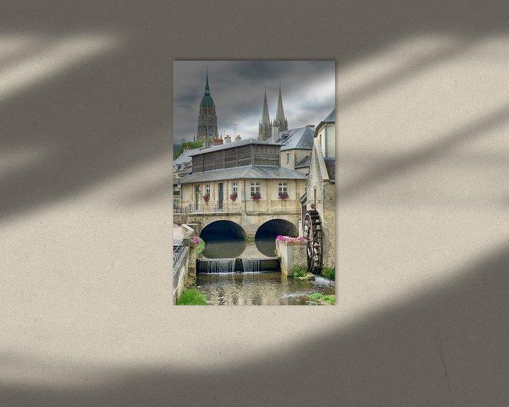 Sfeerimpressie: Stadsgezicht Bayeux met een watermolen van Mark Bolijn