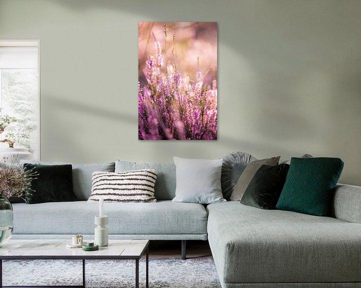 Sfeerimpressie: Bloeiende paarse heide tijdens zonsopkomst van Evelien Oerlemans