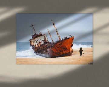 Schiffbruch an einem Strand in Westafrika von Bart van Eijden