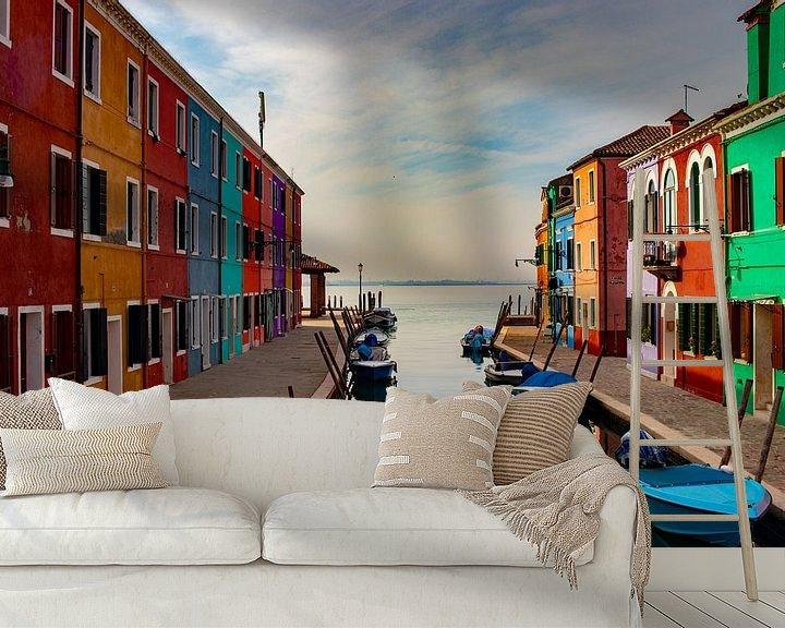 Sfeerimpressie behang: gekleurde huisjes van burano van Mark Lenoire