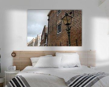 straat met lantaarn in zierikzee van Frans Versteden