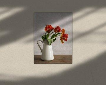 Rote Tulpen in einer Vase von Lorena Cirstea