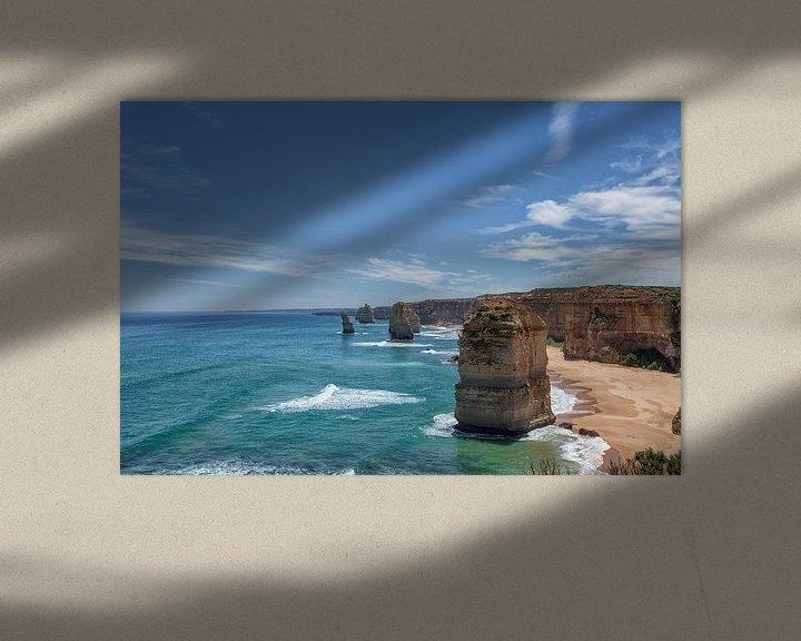 Sfeerimpressie: De twaalf apostelen aan de kust met een prachtige blauwe lucht op de great oceanroad in Victoria, Au van Tjeerd Kruse