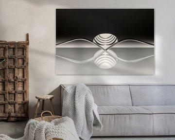 Abstraktes künstlerisches Foto von Besteck, das aus zwei Gabeln und einem Löffel besteht, die sich i von Tonko Oosterink