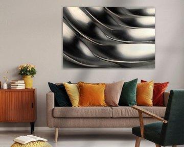 Abstraktes künstlerisches Foto von Besteck, das gehäkelt wird, liegende Löffel. von Tonko Oosterink