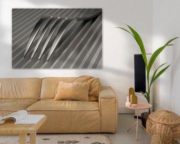 Abstraktes künstlerisches Foto von Besteck, das eine Gabel auf einer parallelen Gitterstruktur ist. von Tonko Oosterink