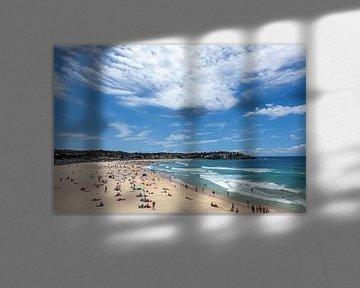Golven breken met surfers inde achtergrond op het helder zand van het beroemde Australische strand v van Tjeerd Kruse