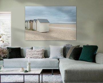 Strandhuisjes op een verlaten strand van Mark Bolijn