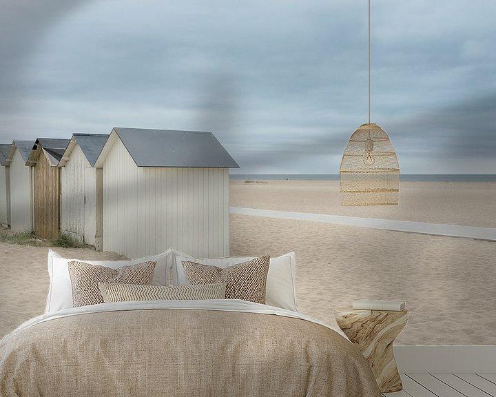 Sfeerimpressie behang: Strandhuisjes op een verlaten strand van Mark Bolijn