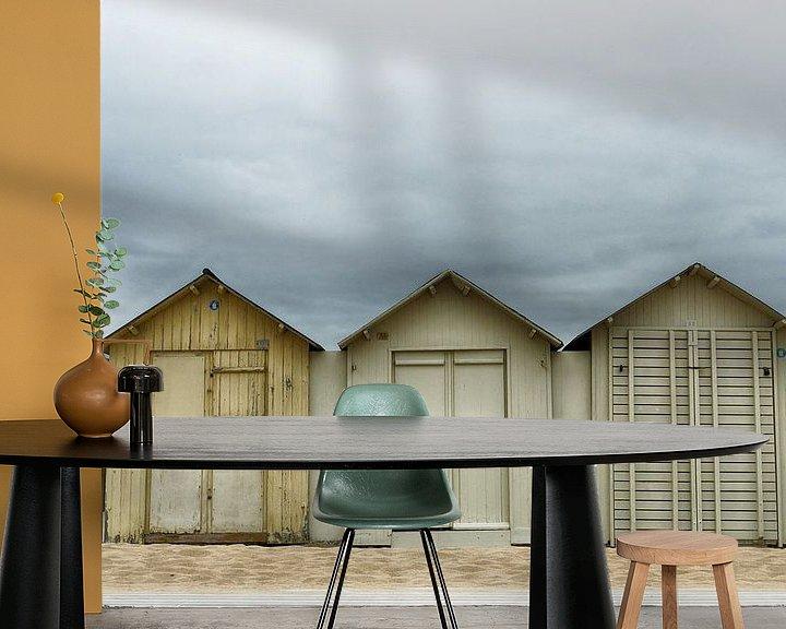 Sfeerimpressie behang: Donkere wolken boven de strandhuisjes van Mark Bolijn