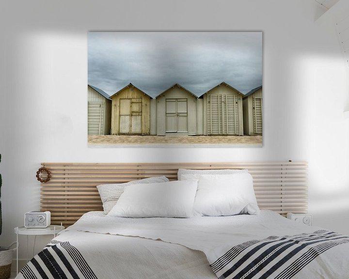 Sfeerimpressie: Donkere wolken boven de strandhuisjes van Mark Bolijn