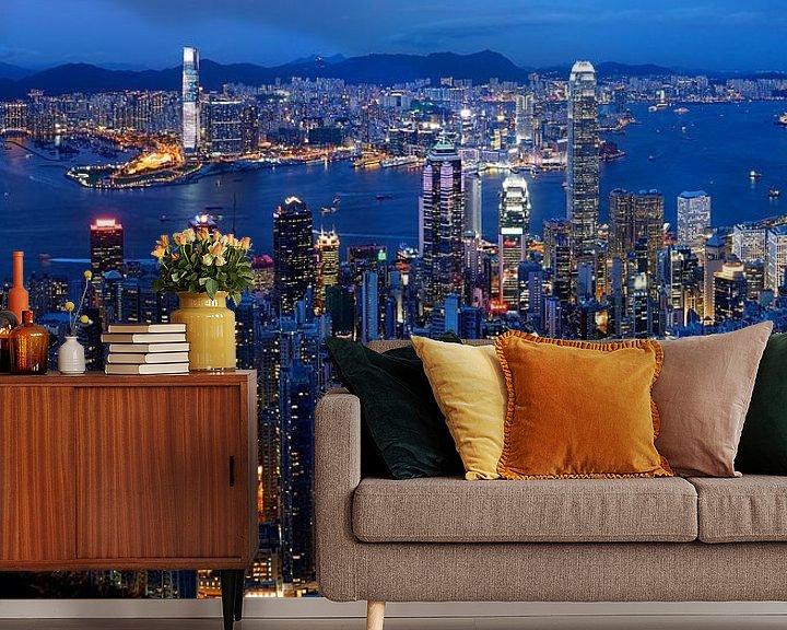 Sfeerimpressie behang: Skyline van Hong Kong in de avond van Atelier Liesjes