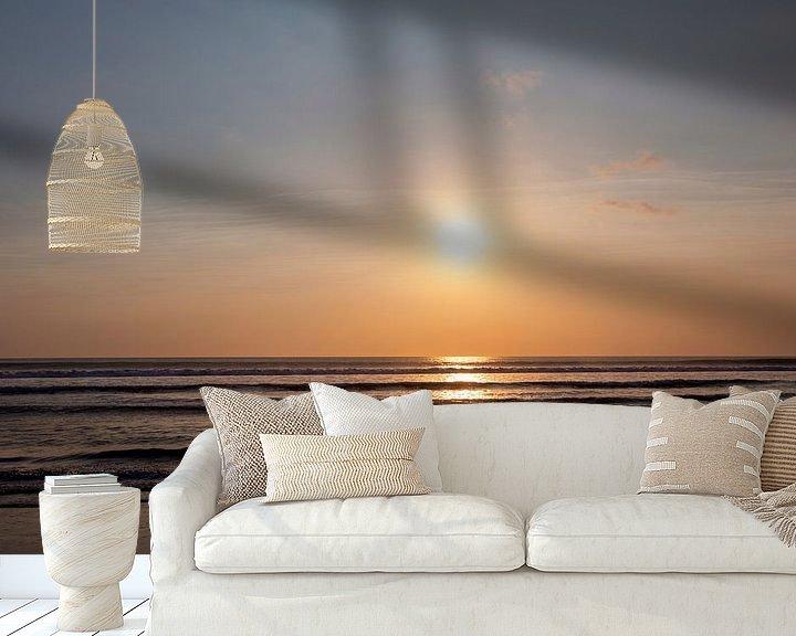 Sfeerimpressie behang: Prachtige zonsopgang boven het tropische strand, Sanur, Bali van Tjeerd Kruse