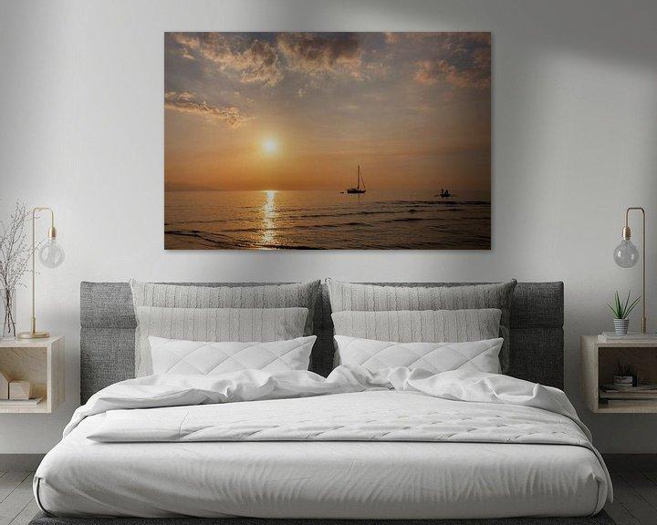 Sfeerimpressie: Mooie schemering op het strand en silhouet van vissersboot en zeilboot van Tjeerd Kruse