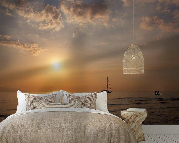 Sfeerimpressie behang: Mooie schemering op het strand en silhouet van vissersboot en zeilboot van Tjeerd Kruse