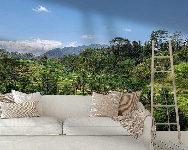 Sfeerimpressie behang: Verbazingwekkende rijstterrasvelden en enkele palmbomen rond, Ubud, Bali, Indonesië van Tjeerd Kruse