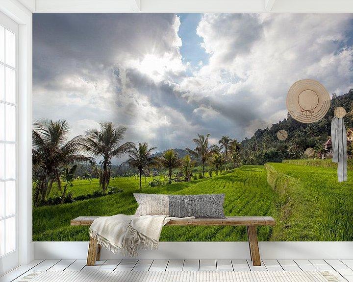 Sfeerimpressie behang: zonsondergang op munduk rijstvelden en berg in Bali van Tjeerd Kruse