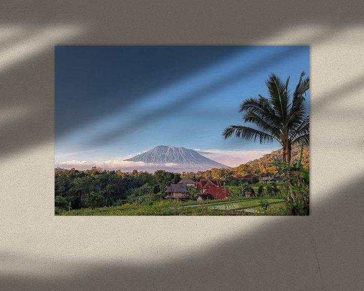 Sfeerimpressie: Rijst terrassen met de heilige berg Agung op achtergrond, Bali, Indonesië van Tjeerd Kruse