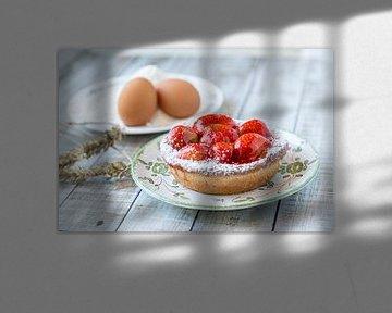 Close-up van een aardbeientaartje met zijn ingrediënten van John Kreukniet