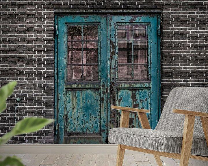 Sfeerimpressie behang: Roestige deuren van Ans Bastiaanssen