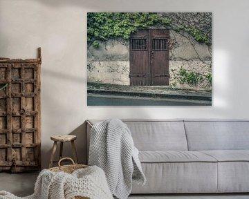 Oude Bruine Poort / Deur langs schuine weg van Art By Dominic