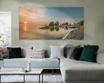 Zonsondergang en de haven van Laaksum in Friesland. van Harrie Muis