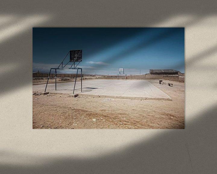 Sfeerimpressie: Lege speelplaats in de stad Uyuni van de woestijngrens van Tjeerd Kruse