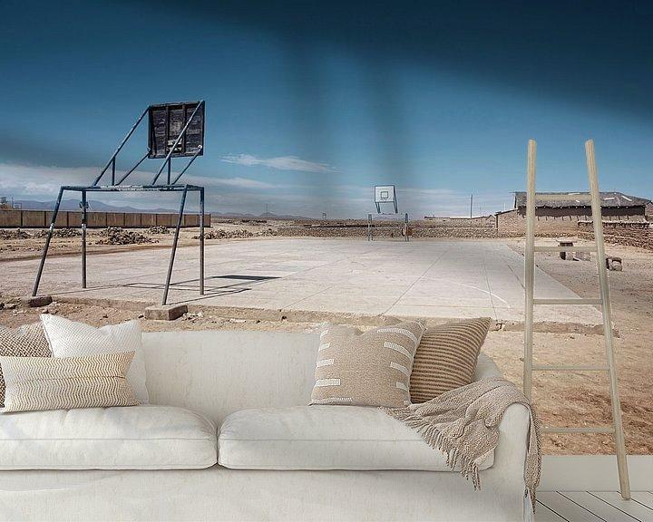 Sfeerimpressie behang: Lege speelplaats in de stad Uyuni van de woestijngrens van Tjeerd Kruse