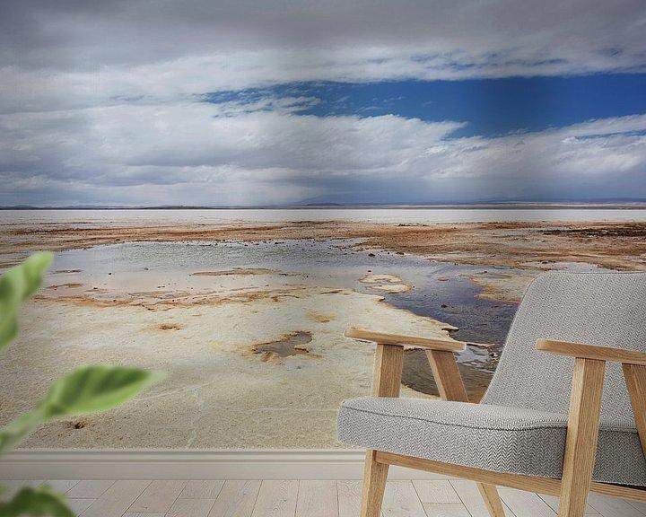 Sfeerimpressie behang: Kleurrijke lagune in Salar de Uyuni in Bolivia van Tjeerd Kruse