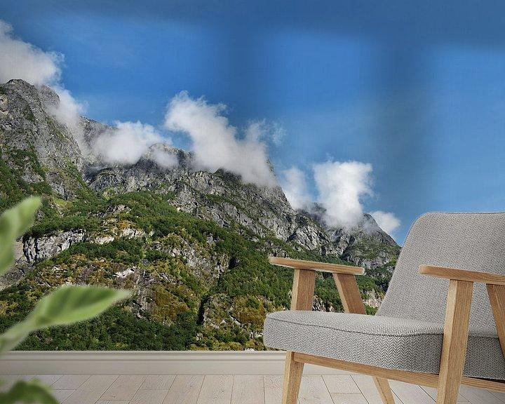Sfeerimpressie behang: Wolken in de bergen van Naomi Elshoff