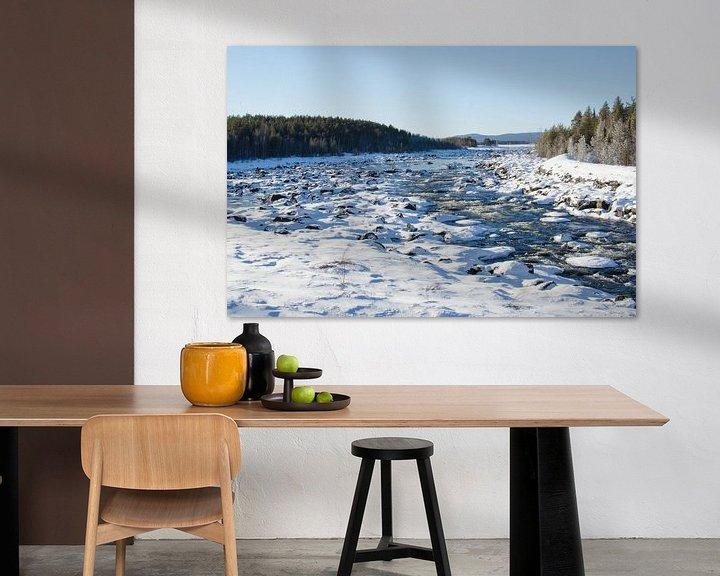Sfeerimpressie: Stromend water door besneeuwd Zweeds Lapland van Anouk Hol