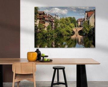 Brücke in Nürnberg Mitte mit Spiegelung von Joost Adriaanse