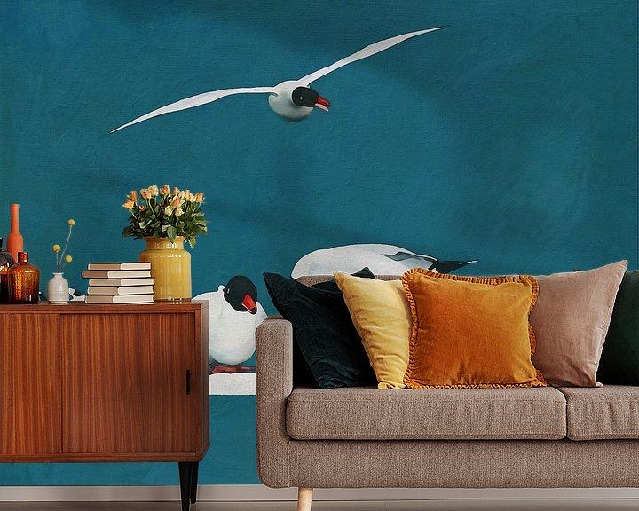 Sfeerimpressie behang: Vier meeuwen in rust en één vliegend van Jan Keteleer