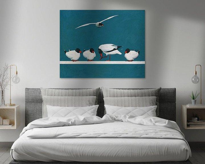 Sfeerimpressie: Vier meeuwen in rust en één vliegend van Jan Keteleer