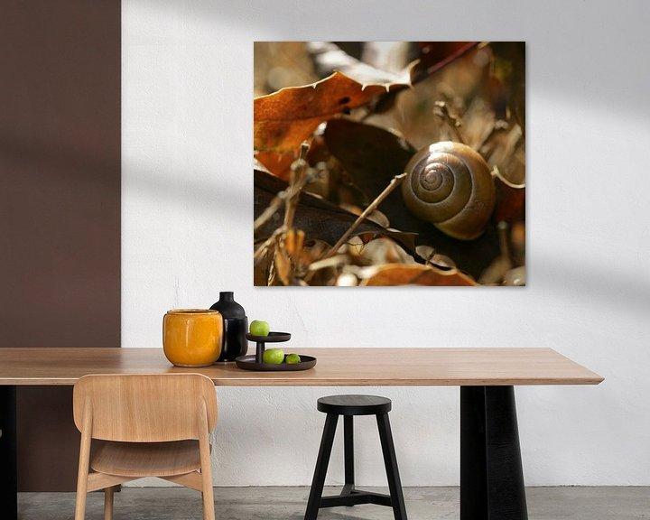 Sfeerimpressie: Slakkenhuis in herfstbladeren van Lynn van Baaren