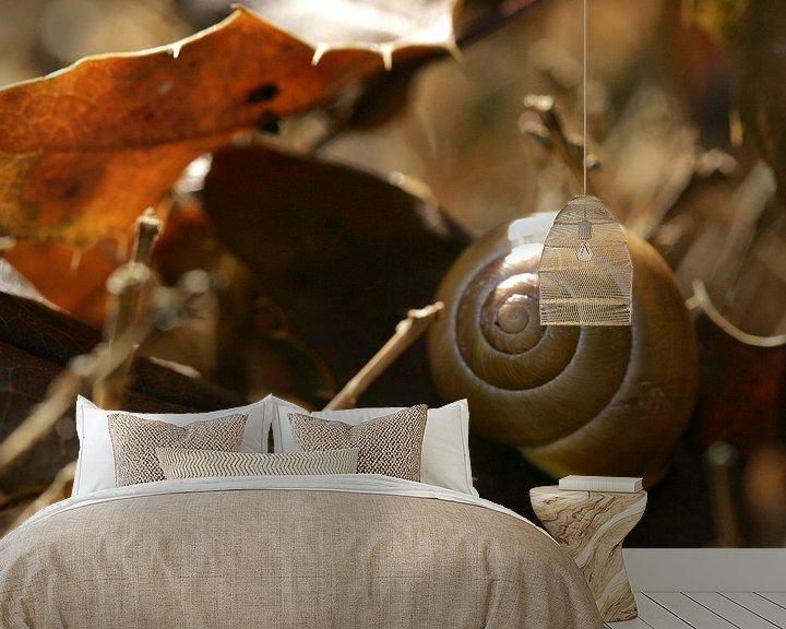 Sfeerimpressie behang: Slakkenhuis in herfstbladeren van Lynn van Baaren
