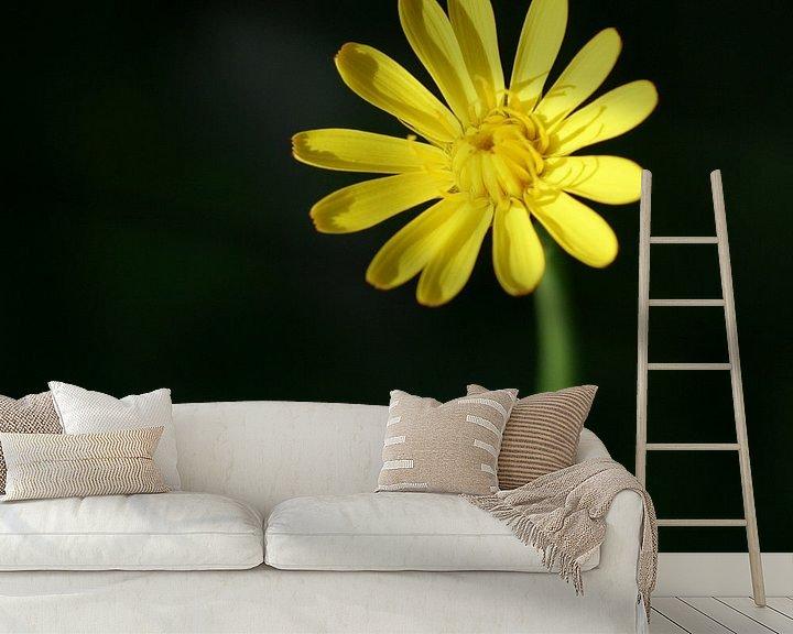 Sfeerimpressie behang: Gele bloem van Lynn van Baaren