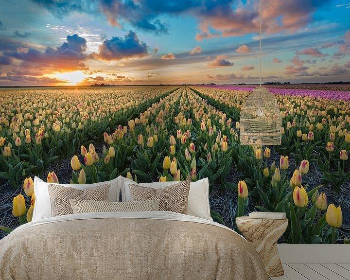Sfeerimpressie behang: Zonsondergang boven een bollenveld  met tulpen van eric van der eijk