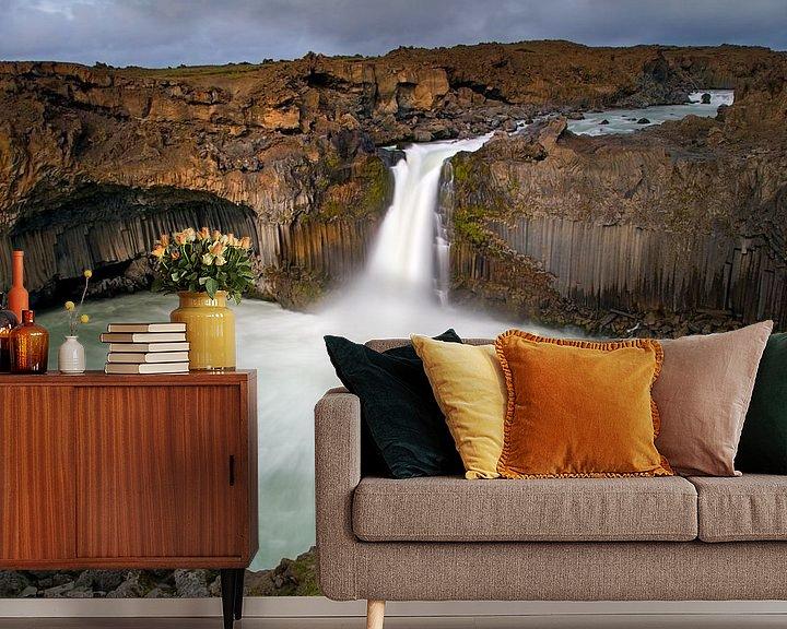 Sfeerimpressie behang: Aldeyjarfoss waterval te IJsland van Anton de Zeeuw
