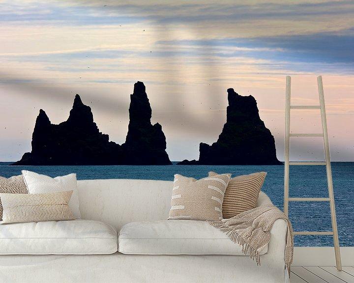 Sfeerimpressie behang: Reynisdrangar te IJsland van Anton de Zeeuw