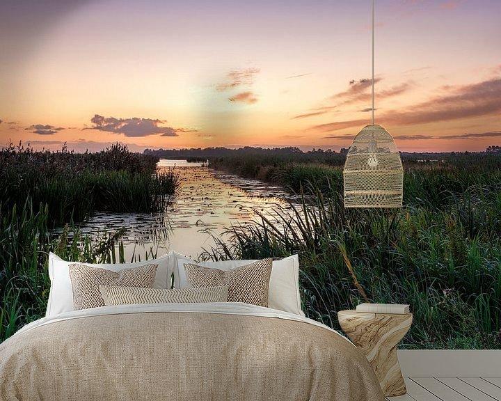 Sfeerimpressie behang: Kleurenspektakel voor zonsopkomst in De Onlanden van R Smallenbroek