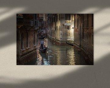 Gondels in de gracht in Venetië van Sabine Wagner